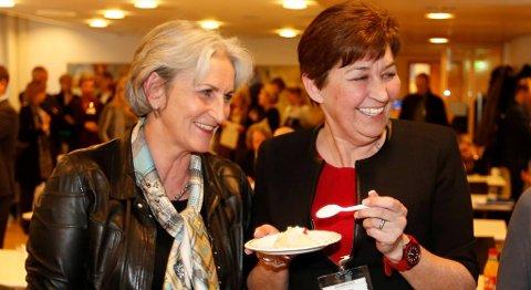 Oslo  20140304. Administrerende direktør i Virke Vibeke Hammer Madsen (t.v.) og Gerd Kristiansen i LO spiser kake i forbindelse med at det er skrevet under på en ny IA avtale i Regjeringskvartalet tirsdag ettermiddag. Foto: Lise Åserud / NTB scanpix