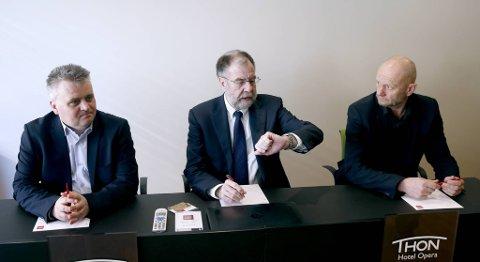 Riksmekler Nils Dalseide (i midten) forsøker å få til enighet mellom Fellesforbundets Jørn Eggum (t.v.) og Norsk Industris Stein Lier-Hansen (t.h) i årets hovedoppgjør. Fristen for meklingen er midnatt natt til søndag. FOTO: VIDAR RUUD, NTB SCANPIX