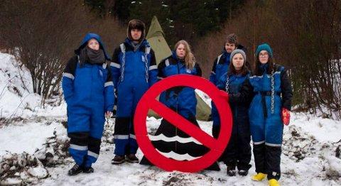 Nordic Mining ble møtt av demonstranter da prøveboringen i Naustdal startet i begynnelsen av februar. Nå har selskapet bestemt seg for å droppe trusselen om søksmål mot demonstrantene. FOTO: NATUR OG UNGDOM