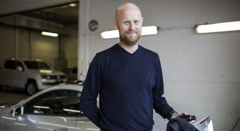 Stein Kjetil Holvik har drive Bilpleiehallen i 30 år. No har han vore med på å utvikle eit nytt produkt for overflatebehandling. FOTO: BENT ARE IVERSEN