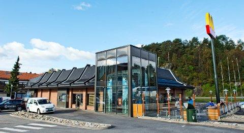 McDonald's ved Lagunen fikk uventet mye russ på besøk natt til onsdag. (Arkiv)