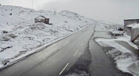 Fylkesvei 55 ved Sognefjellhytta tirsdag morgen. Statens vegvesen advarer bilister mot å kjøre med sommerdekk over Sognefjellet på grunn av snøvær og glatte kjøreforhold.