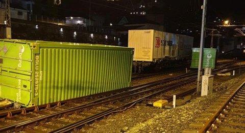 Ingen ble skadd i ulykken, men disse containerne er i veien.
