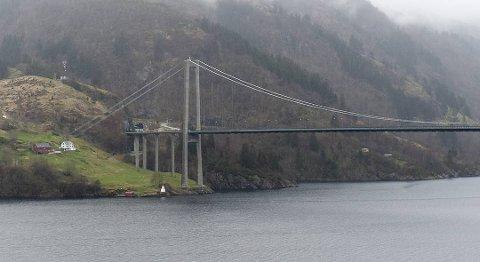 Osterøy kommune vurderte å stenge broen for å holde smitten ute, men nå er det for sent.