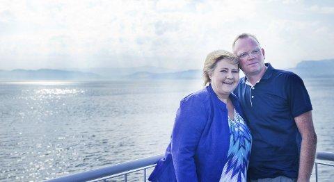 KJÆRLEIKENS FERGEREISER: Erna og Sindre på fergen til Tysnes for å dra på festival med BA og resten av Presse-Norge på slep. – Jeg tror jeg er en god kone, men jeg kunne sikkert vært en bedre mor, mener Erna (60). FOTO: ANDERS HELGERUD