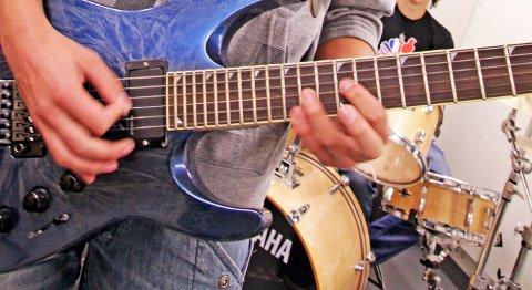 Mikal Fredriksen på gitar. Øver i musikkbingen på Moi.