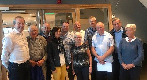 DEN NYE ALTERVINEN: Det nye styret i Kinn KrF saman med andre som var med på møtet i Kalvåg.