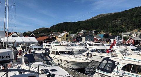 Kalvåg fredag ettermiddag, med Knutholmen og festivalområdet heilt til venstre i bildet.