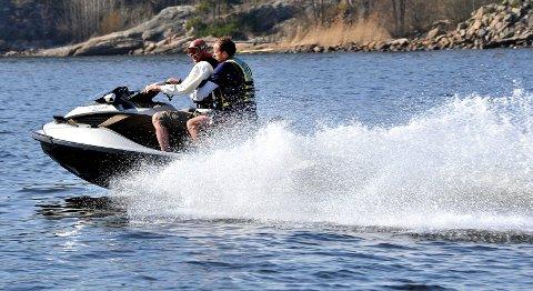 – Fortrinnsvis ønsker vi de gamle reglene tilbake. Er det umulig, må Hvaler innføre fartsgrenser langs land som gjør bruken av vannscootere uinteressant, skriver lederen for Papperhavn Vel.