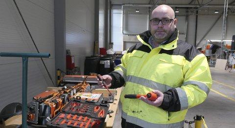 Demontering er krevende arbeid: Daglig leder Fredrik Andresen ved Batteriretur på Øra viser oss et elbil-batteri fra en E-golf. Verktøyene som brukes tåler høy spenning. (Foto: Øivind Lågbu)