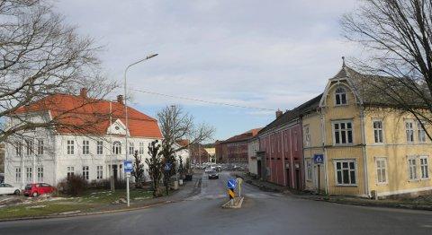 Verdifullt bygningsmiljø: Fylkesrådet i Viken vil ta vare på viktige bygninger på Trara, og ikke  minst det gamle herredshuset til venstre i bildet. (Arkivfoto: Øivind Lågbu)