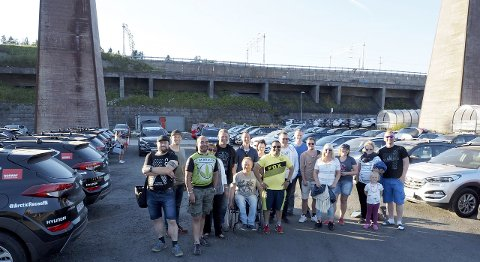 Mange: Det skal mange sjåfører til for å få fraktet 140 biler fra Narvik og rundt i Nord-Norge etter Arctic Race. Her er noen av sjåførene og bilene. Foto: Ann-Kristin Hanssen