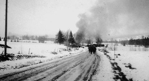 UNIKT: Ett av få foto av krigshandlingene i distriktet, tyske soldater har stukket huset til veivokter Ruud etter at å ha båret sine falne inn. Kopirett på bildet er ved Jan Oddbjørn Kolmann Johnsen.