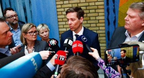 Det er knyttet spenning til hva KrFs partileder Knut Arild Hareide vil si og mene om at partiets familiepolitiske talsmann Geir Bekkevold har viet et homofilt par. Saken deler partiet i to.