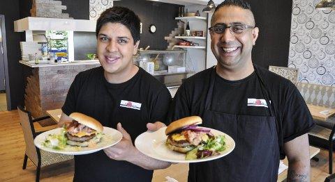 ELVIS: Martin Olsen (til venstre) fra Akita Sushibar med Elvisburgeren de tilbyr i Brandbu. Morid Gorgyj holder fram den mer klassiske varianten.