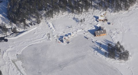 KLIPP FRA MARKA: Fra filmcampen ved Langvann i Hakadal der scener til den nye James Bond-filmen ble spilt inn siste uka i mars i år.