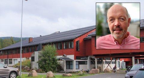 HÆRVERK: Rektor Arild Sandvik (bilde innfelt) begynner å bli lei av at folk gjør hærverk på Harestua skole.
