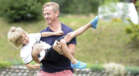 SOMMERLYKKE: Peter Lorentzen er vant til å vinne gull med Stavanger Oilers, men det største gullet har han i sønnen Samuel. Nå nyter far og sønn noen late sommerdager hjemme på Øberg.