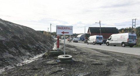 UTENFOR: Det er skiltet til venstre rett før bommen for folk som kun har hageavfall med seg til Rokke.