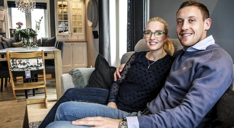 Cathrine og Ole Heieren Hansen smiler her i forbindelse med at Heieren Hansen ga seg som spiller i Sarpsborg 08. Nå er de langt fra fornøyde etter å ha betalt 70.000 kroner for en garderobe de neppe ser noe av.