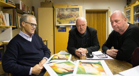 GIR IKKE OPP: Hans Erik Stadshaug, Knut Ståle Hauge og arkeolog Ove Holseng vil fortsatt ha svar på hva som skjuiler seg under haugen på Elvsholmen.