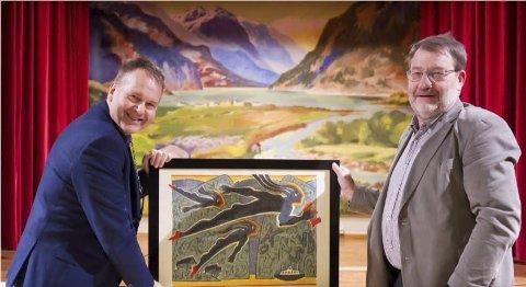 PRIS: Sven Olaf Brekke tok i mot prisen frå Odda Mållag og Knut O Dale. Trykket «Bokstavflygarar» av Solfrid Aksnes. Foto: Håkon Tverdal