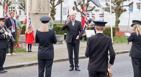 DIRIGENT: Martin Kinn i aksjon med dirigeringen tidlig på nasjonaldagen i Haugesund sentrum.