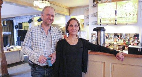 Positiv: Roar Møller og Rannveig Brattland, henholdsvis eier og daglig leder på Gilles Cafè i Mosjøen, er spente på inspeksjonen fra Mattilsynet. Foto: Marit Almendingen