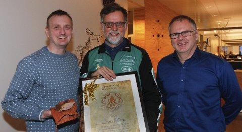 ELDHUGPRISEN: Det er Ingar Solberg som har gjort seg fortjent til årets pris fra Helgeland friluftsråd. Daglig leder Kristian Helgesen og Bjørn Ivar Lamo (t.h.) overrakte prisen.   FOTO: PER VIKAN