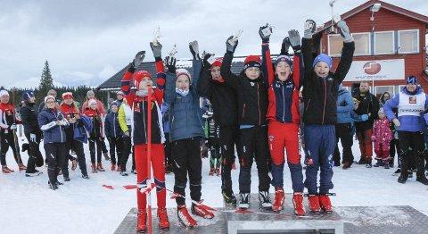 FØRSTE: Stor glede på seierspallen da guttene i klasse 10 år fikk sine premier. Det var 120 deltakere i Nordlandscup 1 på Sjåmoen lørdag. Det var fristil lørdag og søndag gikk løperne klassisk. Snøforholdene på Sjåmoen er bedre enn andre steder i Nordland skikrets.Foto: Per Vikan