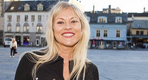 VARSLER SOL: TV2s værsjef, Eli Kari Gjengedal, varsler sol i Finnmark under 17. mai.