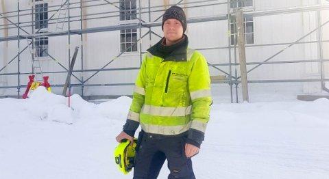 SVÆRT FORNØYD: Edvard Andreas Danielsen (31) er fjerdemann som får velge tomt i Tøllefsvei boligfelt. Han er selv snekker hos Geir Svendsen Entreprenør AS, og vil naturlig nok gjøre mye av snekkerjobben selv. I dag renoverer han skifertaket på Alta kirke.