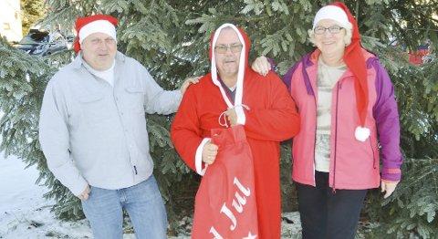 FEIRER JULAFTEN: Ragnar Heide (t.v.), Bjørn Moseby og Inger Heggen Olsen i Aurskog-Høland frivilligsentral ønsker igjen velkommen til julaftensfeiring i LHLs lokaler på Bjørkelangen.