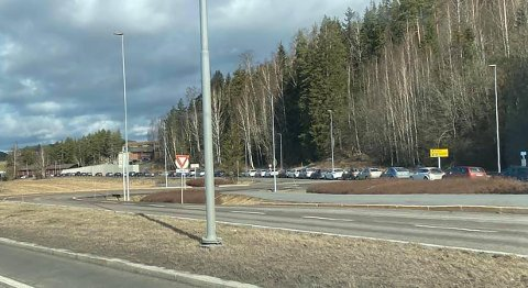 LANG, LANG REKKE: Denne bilkøen består av innbyggere som skal teste seg for koronaviruset.