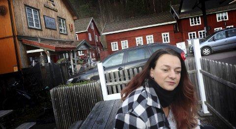 Bekymret: Anita Kovac har drevet Landhandleriet i 11 år. I denne perioden har Eidfoss barnehage vært en viktig del av grunnlaget for driften. Særlig i vinterhalvåret er det viktig med en fast stor kunde.foto: jarl Rehn-Erichsen
