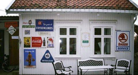 Skiltene: Det er disse emaljeskiltene som nok en gang er stjålet fra Thorleif Dahlgren i Kalstadkilen i Kragerø.