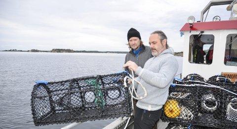 PRØVEFISKE: Onsdag gikk starten for årets prøvefiske i fredningsområdet for hummer. Her er Håkon Ljosland og Chris Appleby klare til å kaste den første teina over bord fra skjærgårdstjenestens båt «Knubben».