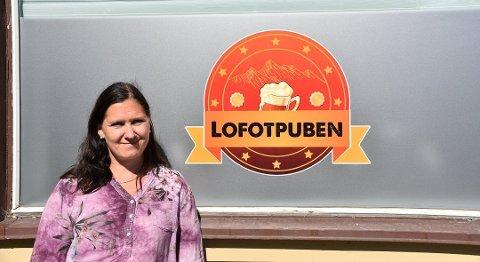 Innehaver av Lofotpuben i Storgata på Leknes, Signe Marie Hansen.