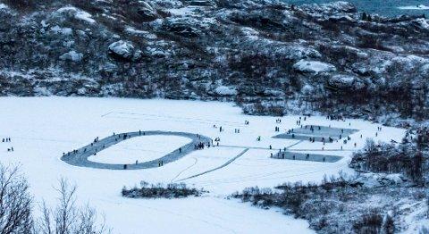 Skøyte- og hockeybaner: Slik så det ut på Prestvannet søndag. Flere hundre personer besøkte skøyte- og hockeybanene.
