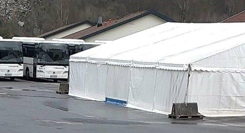 PRØVETELT: Kommunene øker nå kapasiteten for koronaprøver. I Kvinesdal er det rigget opp telt for prøvetaking utenfor legevakten.