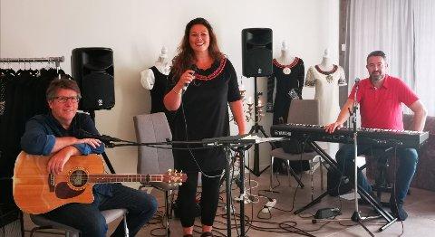 KLAR FOR LYNGDAL: Inger Lise Stuelien ser frem til å opptre på Spill norsk festivalen i Lyngdal. Med seg har hun Knut Kjetil Moen på gitar og Kim Roger Larsen på bass og piano.