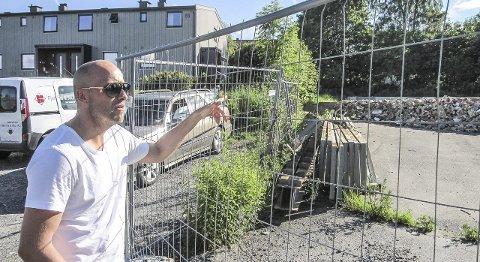 Snart slutt på rotet: André Nordvåg kan trøste seg med at han snart blir nabo til et splitter nytt boligkompleks.begge foto: mette eriksen
