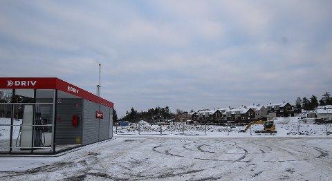 VENTER PÅ BUTIKK: Her på denne tomten på Augerød boligfelt rett ved fylkesvei 120 i Våler har planene om en ny Rema-butikk versert i årevis. Nå har Rema endret oppfatning.