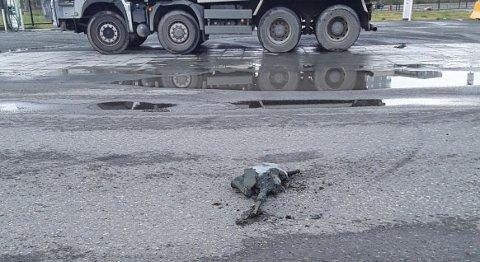 Denne leirklumpen falt av en lastebil. Nå er sjåføren anmeldt.