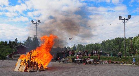 Alle holdt god avstand til bålet da det brant på sitt sterkeste