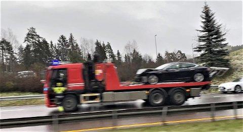 REDNINGSBIL: Personbilen som var involvert i singelulykken på E6 ved Klemetsrud fikk store materielle skader og måtte fjernes ved hjelp av brannvesenets redningsbil.