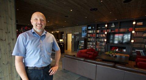 Håvard Lydersen i resepsjonen på den nye hotellfløyen i Gjestestua. Han har videreført farmorens filosofi om å bygge stein på stein. Nå har Gjestestua på Vollan 55 fast ansatte. Foto: Ola Solvang
