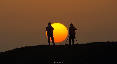 HILLESØY: Flere hadde stilt seg opp for å ta bilder av den spesielle solnedgangen. Det brukte Britt til sin fordel.