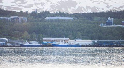 ETTERFORSKES: Politiet mistenker Arosa Nueve (midt i bildet) for å dumpe fisk i norsk økonomisk sone. Her er skipet fotografert til kai i Tromsø fredag kveld.