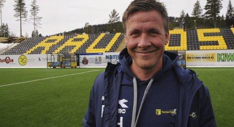 SPENT: Espen Haug gleder seg til klubbens comeback på nivå to og sin egen debut som trener i 1. divisjon foran de nye tribunene på Nammo stadion.Foto: Knut Befring